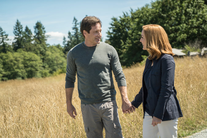 THE X-FILES Ep 5 Mulder Scully holding hands