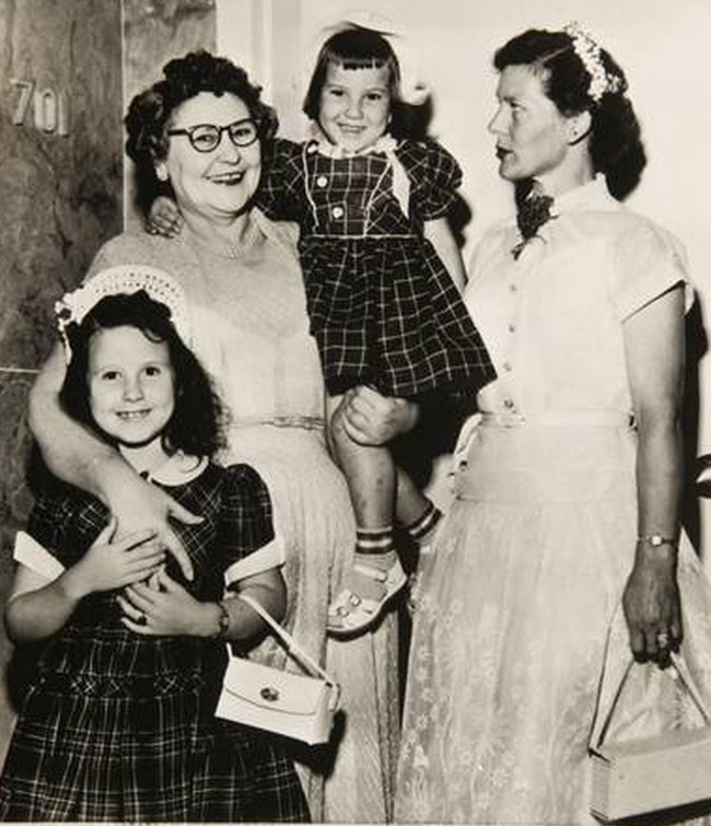 Nannie Doss with adult daughter, Melvina, and the (surviving) grandchildren