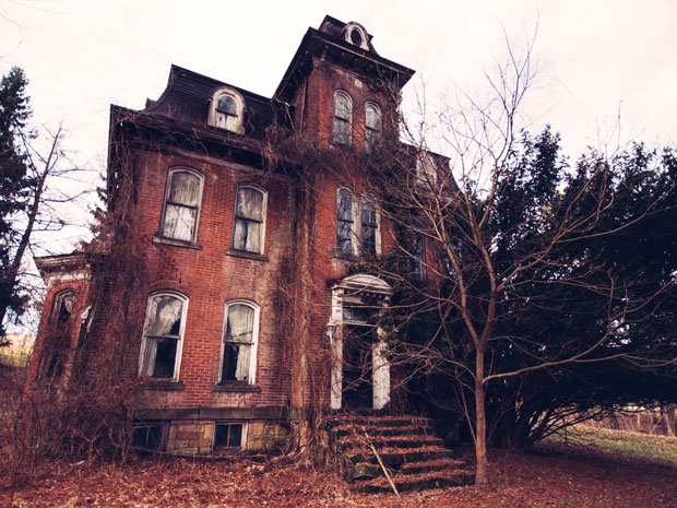 8 Real Haunted Houses You Can Actually Visit From possessed plantations to the home of a grisly axe murder, take a spine-chilling tour of these real haunted houses across the country